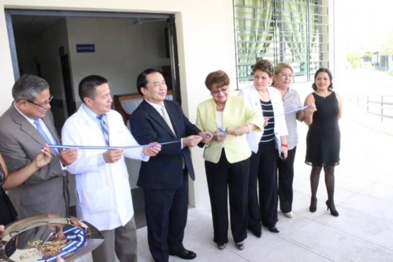El Embajador de Japón y la ministra de Salud, al centro, cortan la cinta simbólica durante la inauguración. Foto EDH/ Cortesía