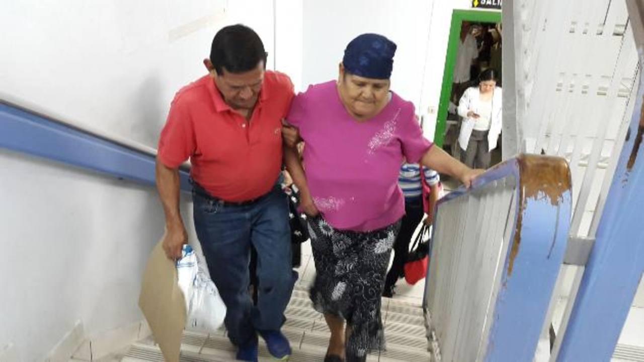José Isaías Rosales ayuda a su hermana Carmen Martínez, de 65 años, a llegar al Servicio de Hematooncología del hospital Rosales. fotos EDH / Yamileth Cáceres