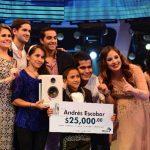 El ganador posó junto a su familia, el jurado y la guapa conductora del programa Estefanía Uribe. Foto EDH / Jorge Reyes