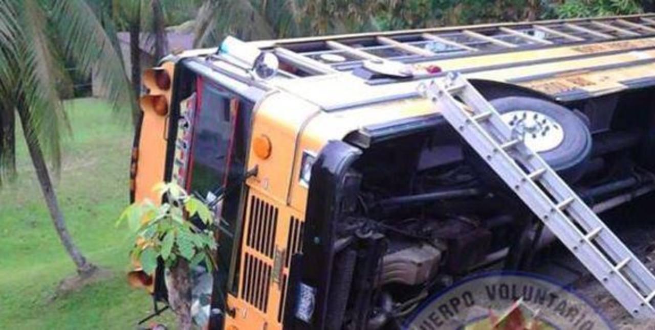 48 salvadoreños ilesos tras accidente de bus en Guatemala