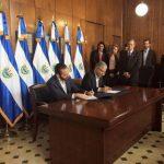 Los jefes edilicios de ambas ciudades al momento de suscribir el acuerdo en la alcaldía capitalina. Foto EDH / Cortesía.