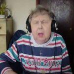Abuelita cautiva por su forma de cantar rap