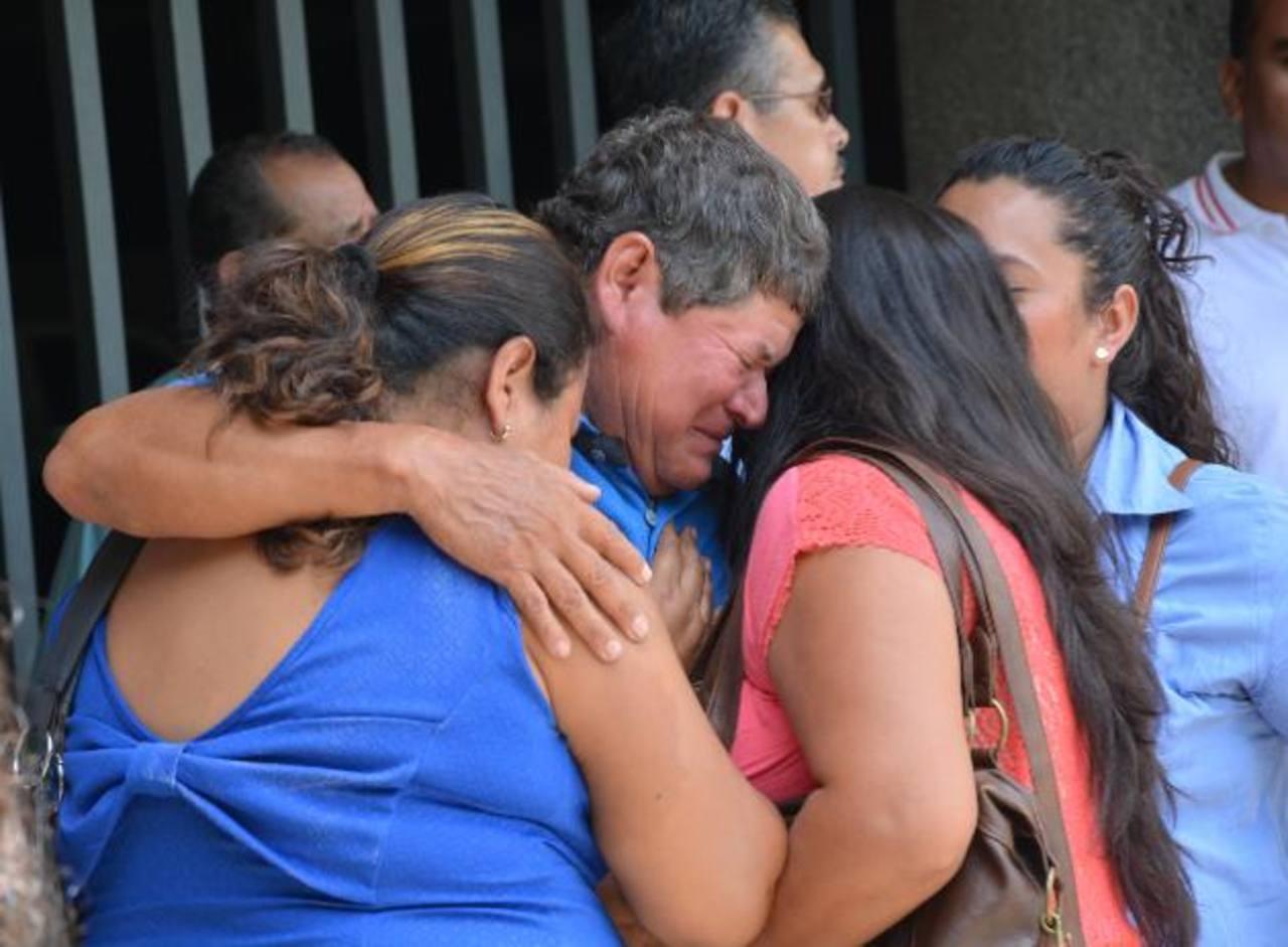 Familiares de víctimas de accidente esperaron horas por la entrega de los cuerpos, ayer.
