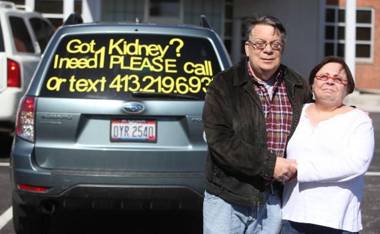 Neal Raisman y su esposa Aileen posan en frente de su camioneta a las afueras del Centro de Riñones de Centro Médico Fresenius en Columbus, Ohio.