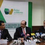 Roberto Erroa, Rolando Duarte y Javier Mayora, autoridades de la Bolsa de Valores anuncian la nueva normativa que permitirá la creación de los fondos de inversión. Foto EDH/ Cortesía BVES