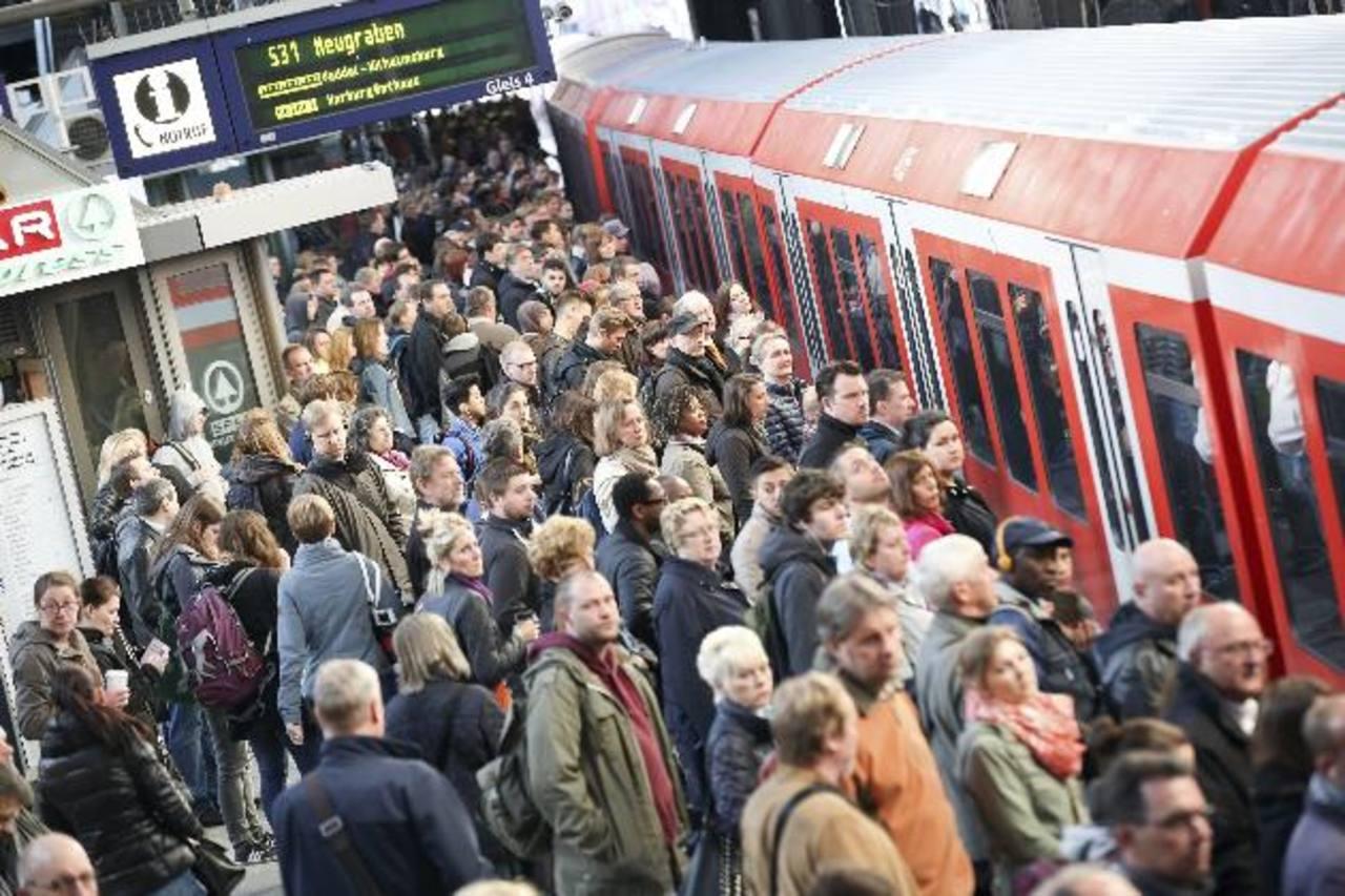 Pasajeros esperan para subir a un tren en la estación de Hamburgo, Alemania.