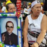 Salvadoreños y extranjeros a la espera de la ceremonia de beatificación de Monseñor Romero.