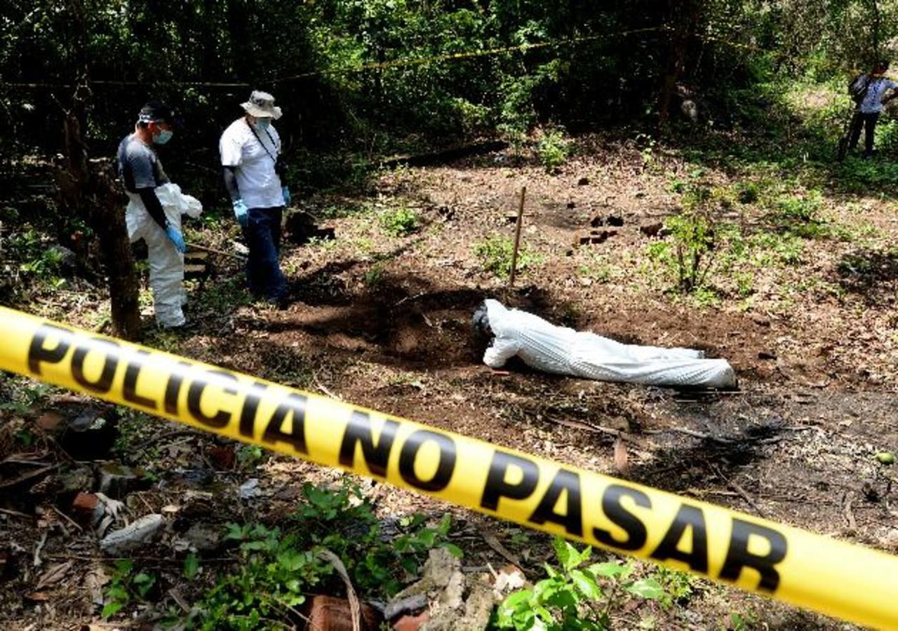 El cadáver de una persona fue desenterrado ayer en una tumba clandestina en Colón. Foto EDH / Marlon Hernández.