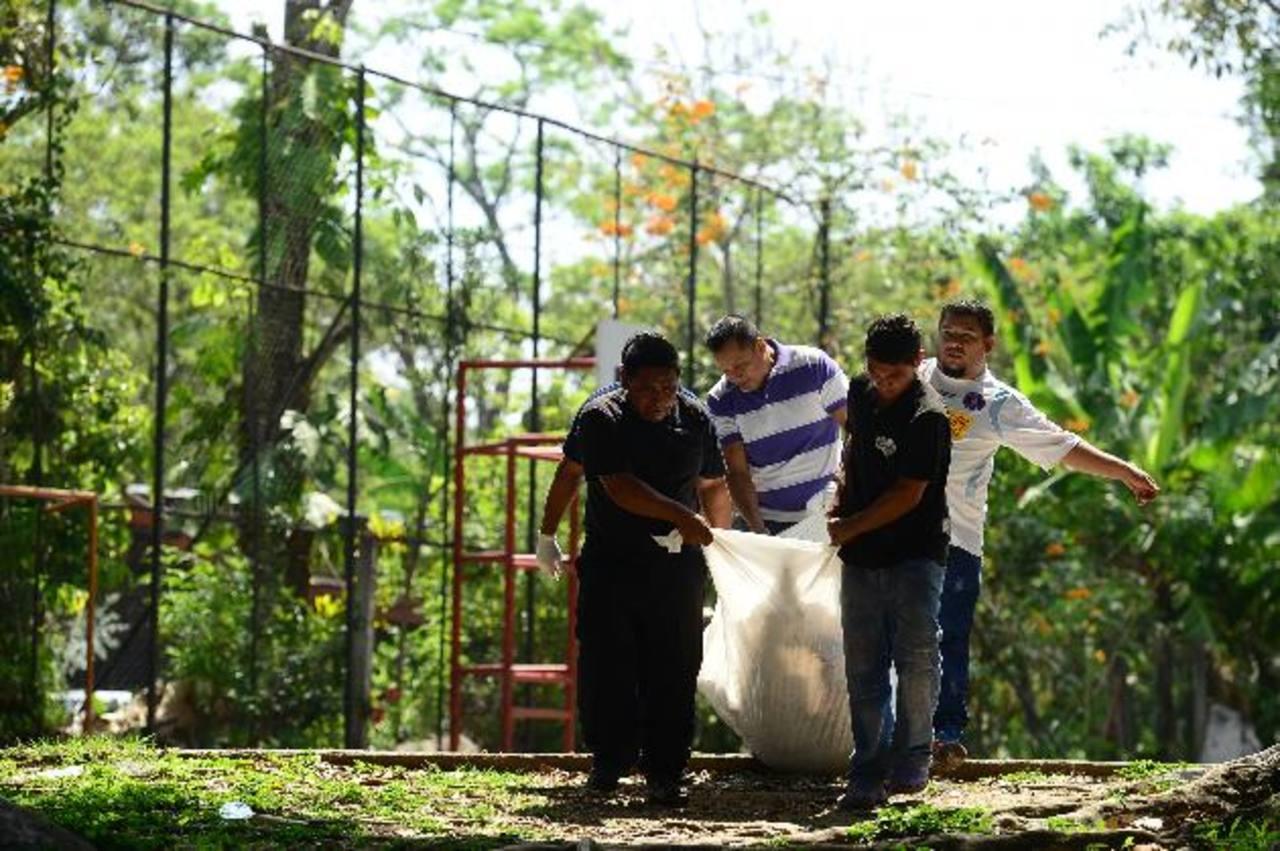 Alberto Ramírez Mejía fue asesinado atrás del parque de la colonia Jardines de la Sabana, en Santa Tecla. Las autoridades no revelaron el móvil del hecho. Foto EDH / Omar Carbonero.