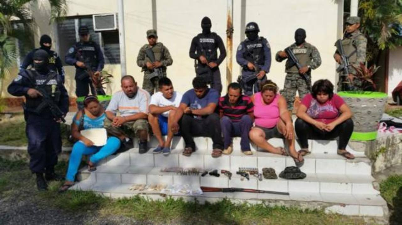 Detienen a seis hondureños y una salvadoreña con armas y más de $4,000