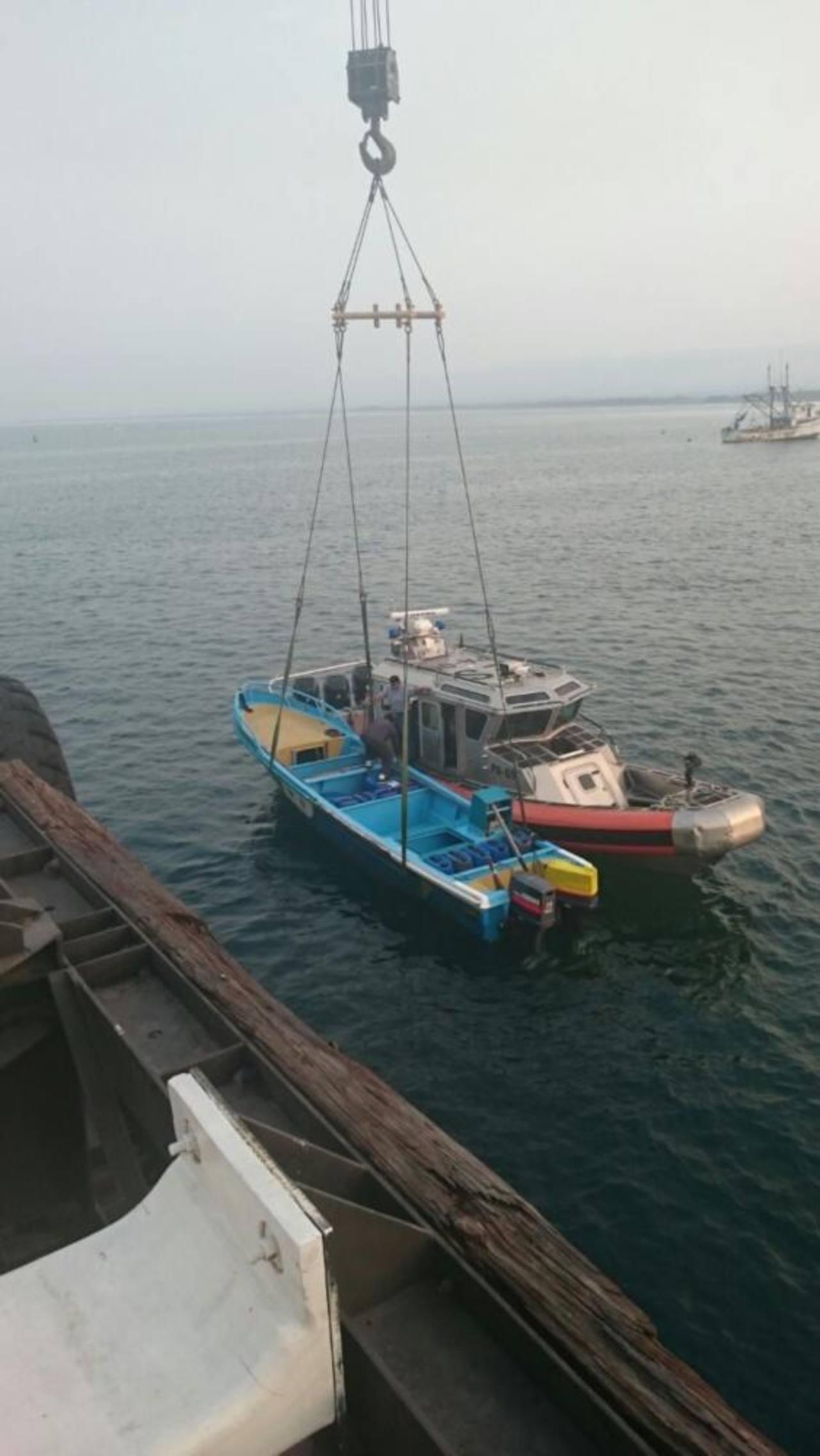 La lancha y sus tres tripulantes fueron llevados por la Fuerza Naval hacia el puerto de Acajutla, en Sonsonate. Foto EDH /Cortesía