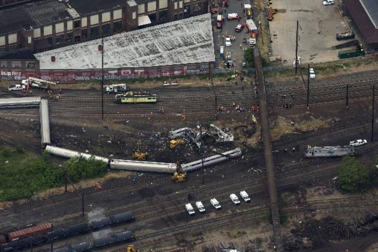 Vista aérea de los restos del tren descarrilado ayer en Filadelfia, en el noreste de Estados Unidos. foto edh / EFE