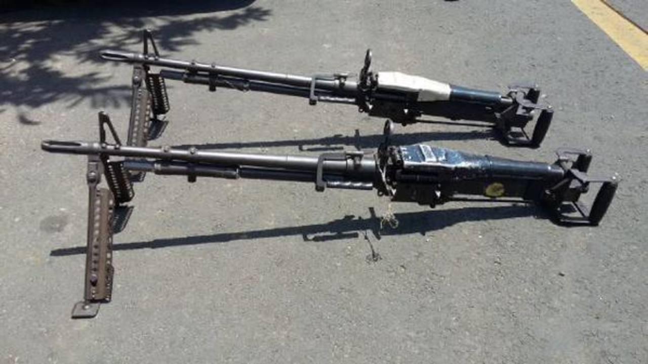Dos de las tres ametralladoras M-60 recuperadas por la Fiscalía y Policía. Fueron robadas del Regimiento de Caballería. Foto EDH / FGR