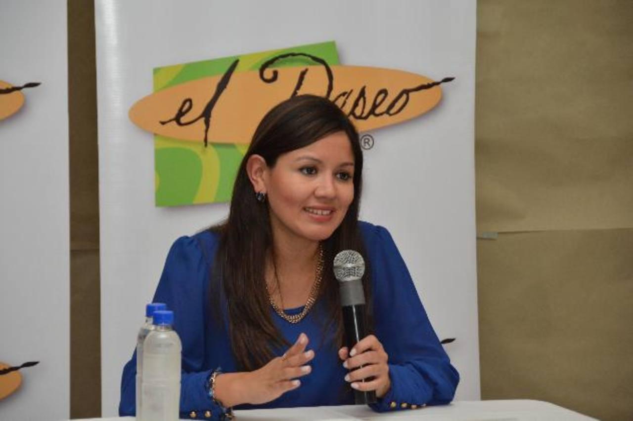 María Teresa González, jefa de marca de El Paseo, hizo la invitación para que las mamitas disfruten lo que les han preparado. Foto EDH /David Rezzio