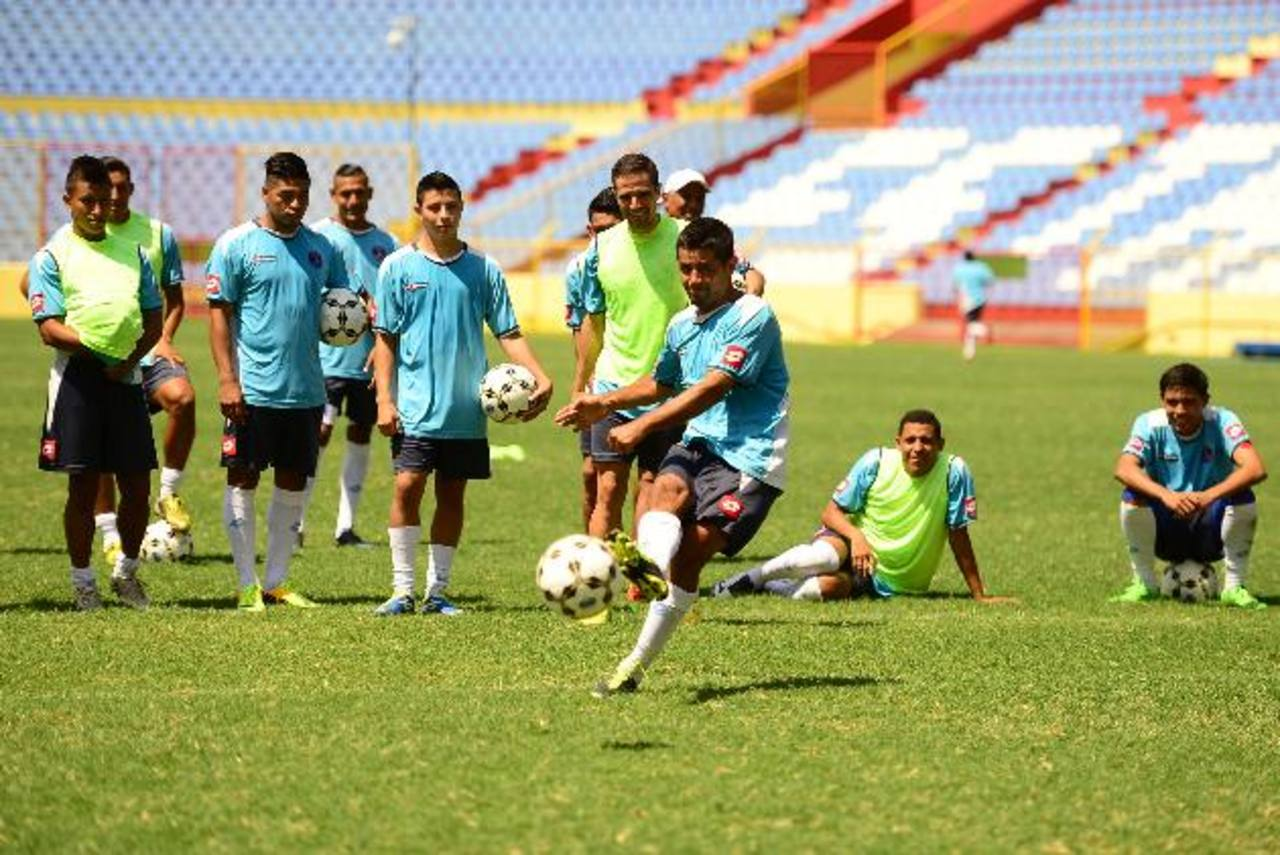 Alianza ensayó los penales, previo al duelo ante FAS. En acción, el defensor albo Ramón de Paz. Foto EDH /Omar Carbonero