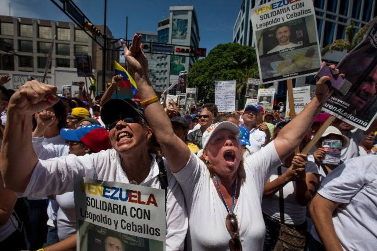 Un grupo de opositores participa ayer en la manifestación contra el régimen de Nicolás Maduro realizada en la ciudad de Caracas. foto edh /EFE