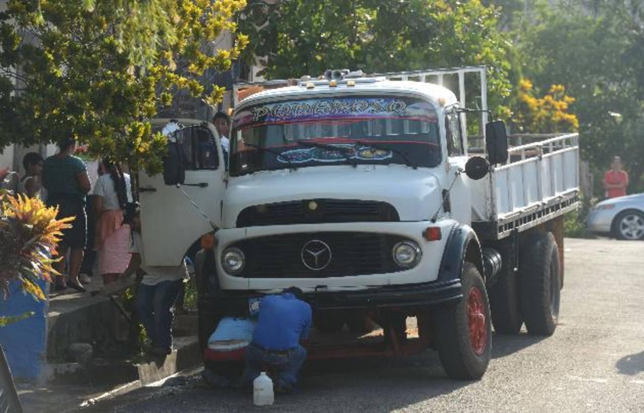 Allegados de José Olmedo limpian la escena donde fue ultimado ayer, en el centro de Sacacoyo. Fotos EDH /Douglas Urquilla
