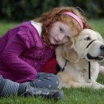 Alyssa Howes y Flint, un perro de servicio que permite que se sienta cómoda en el parque, la escuela y restaurantes.