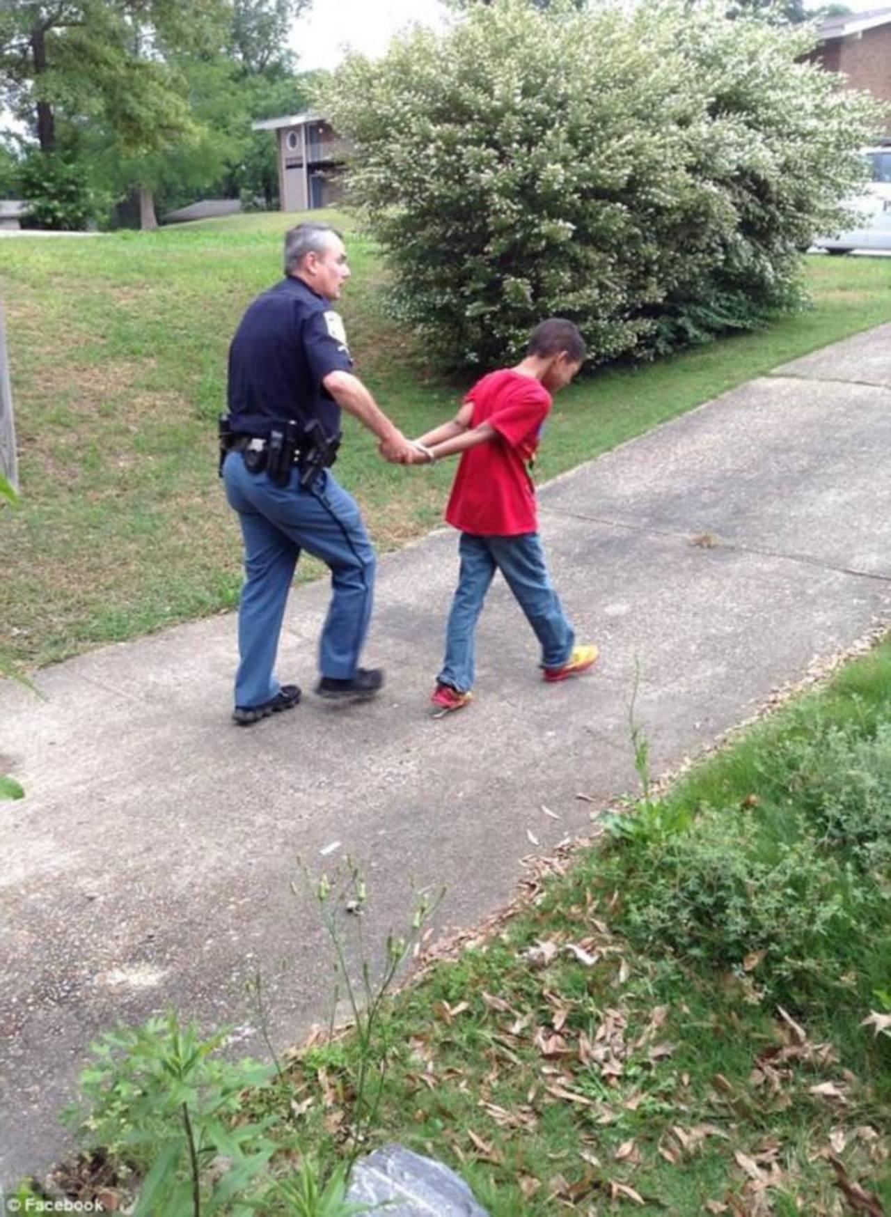 Manda a capturar a su hijo por portarse mal en la escuela