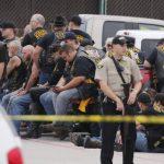 Un agente del condado de McLennan hace guardia junto a un grupo de motociclistas. Foto EDH / ap