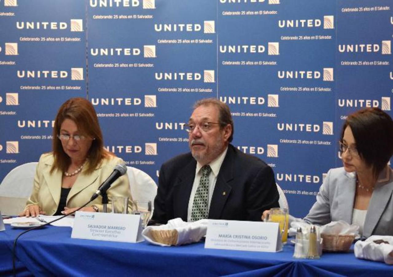 Marilo de Herrador, gerente de país; Salvador Marrero, director ejecutivo de C.A., y María Cristina Osorio, directora de Comunicaciones de United Airlines. foto edh / Cortesía