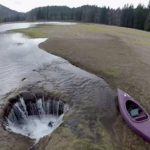 VIDEO: Hoyo se traga lago en Oregon
