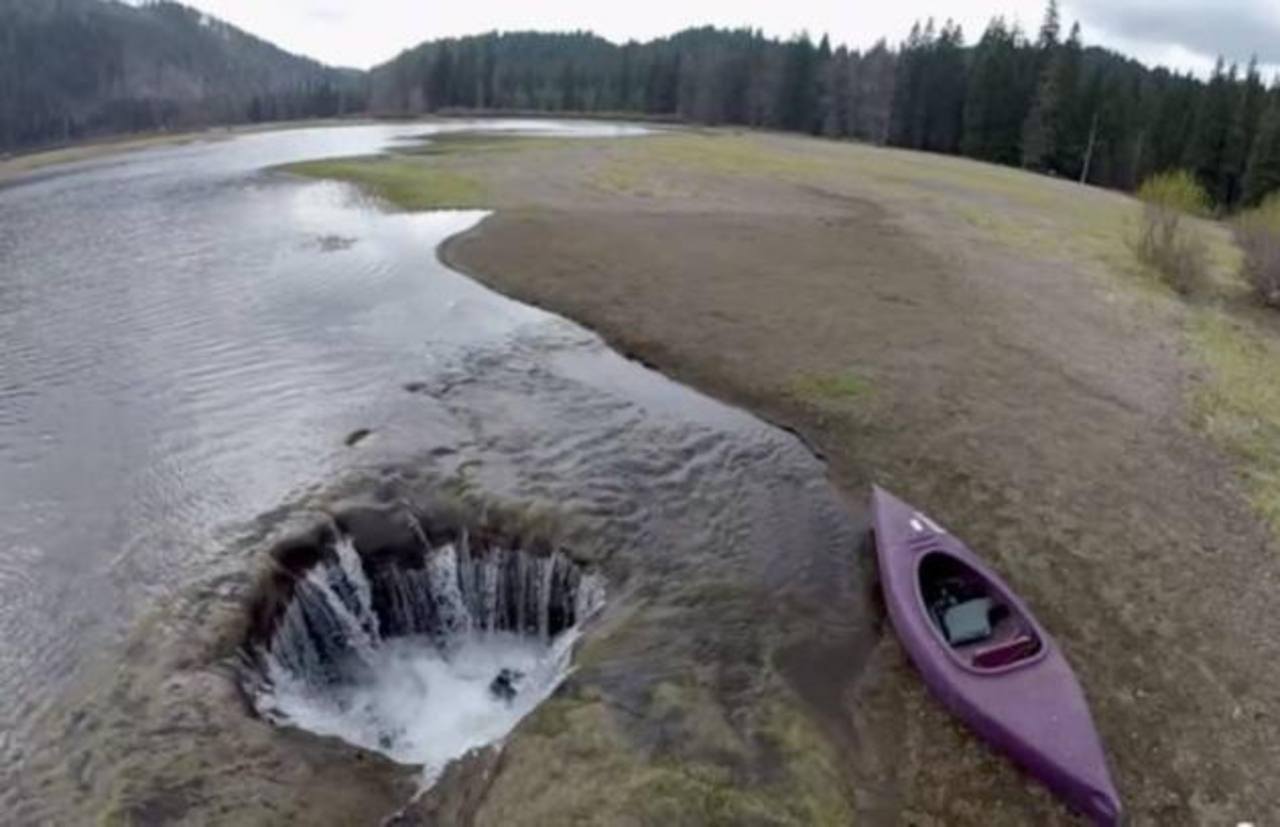 VIDEO: Hoyo se traga lago en Oregon