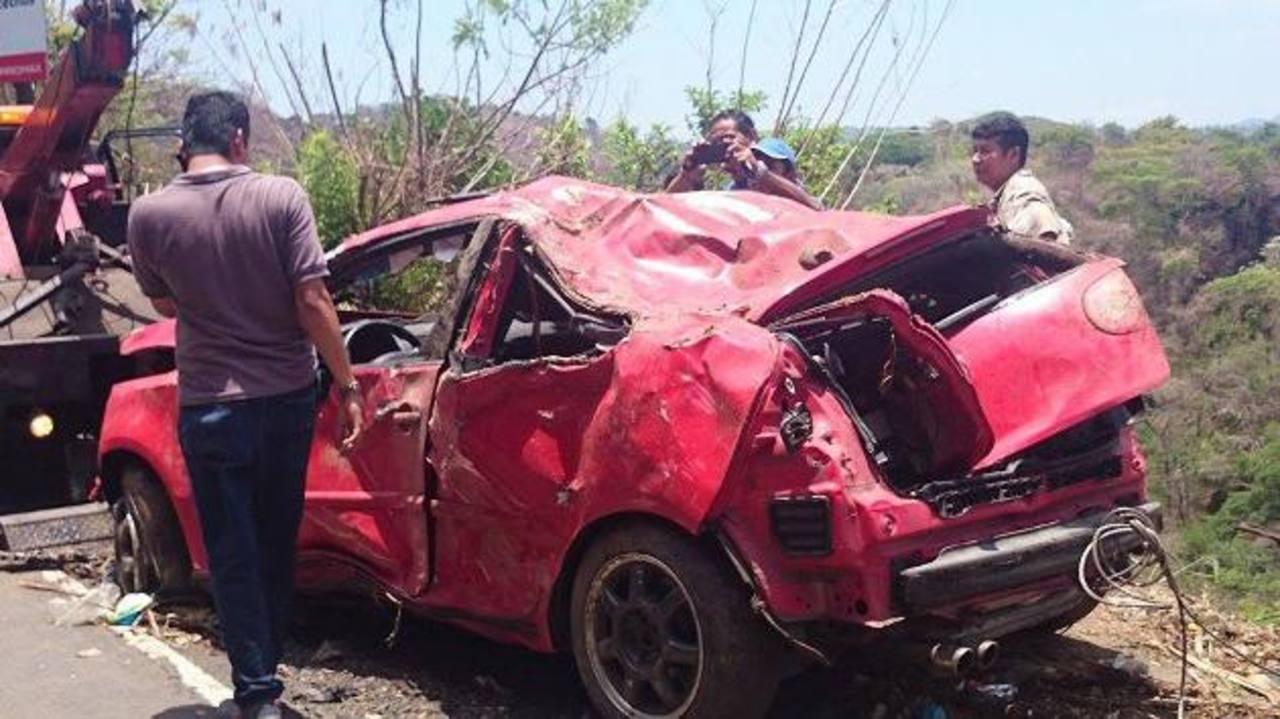 Un camión pequeño chocó contra un auto que tenía desperfectos mecánicos en la carretera al puerto de La Libertad, lanzándolo a un barranco de unos 15 metros. Fotos EDH / raymundo solano