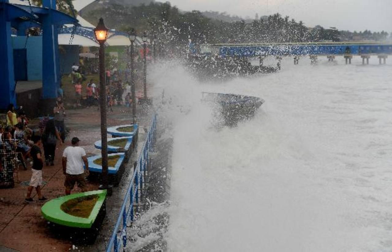 Familias fueron evacuadas de varias playas de La Libertad. Foto EDH / Marlon Hernández