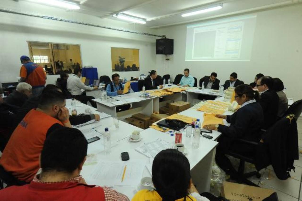 El presidente del TSE, Julio Olivo, junto a varios magistrados suplentes en el momento de revisar las marcas en las papeletas y de reclasificar los votos. Foto EDH / Lissette Monterrosa