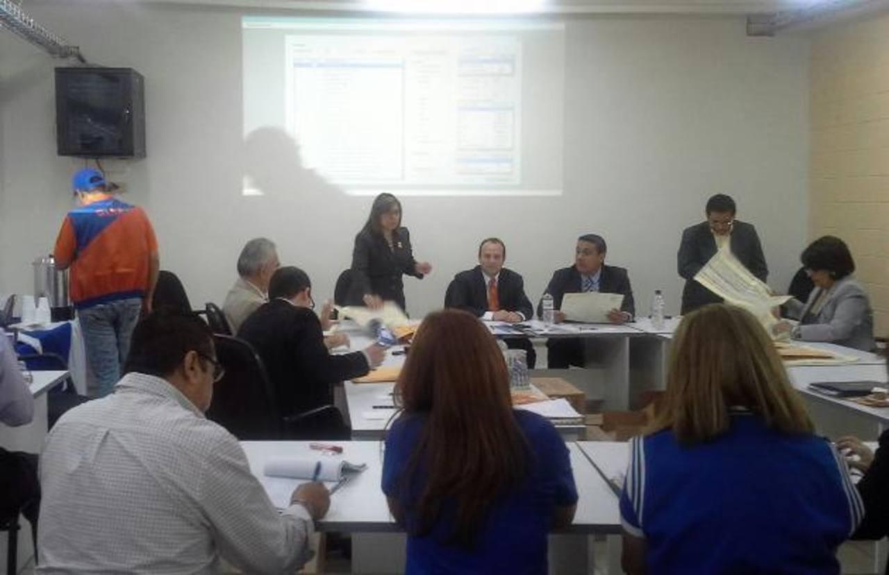 Magistrados del TSE continúan con la reclasificación de votos provenientes de las 60 mesas. Foto EDH / José Zometa