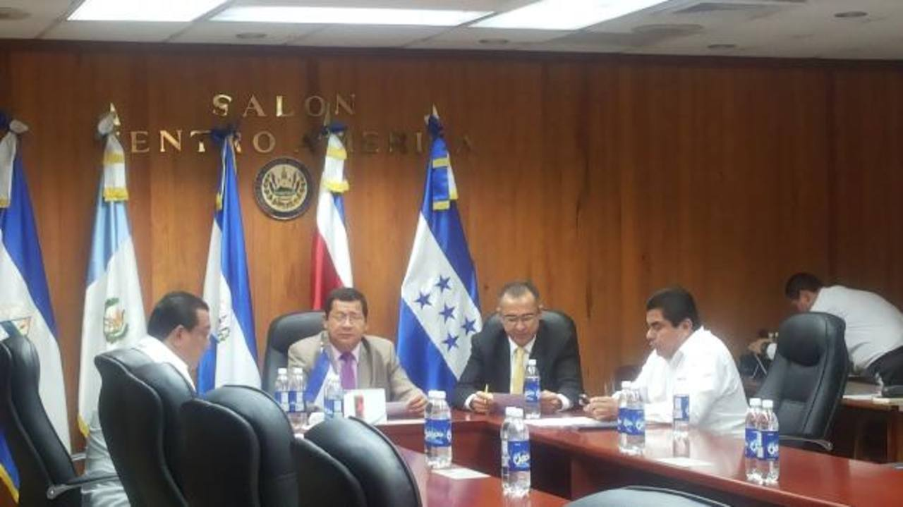 La comisión de instalación de la Asamblea se reunió ayer por la mañana.