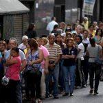 En esta imagen del 8 de enero de 2015, compradores haciendo cola ante un supermercado en el centro de Caracas, Venezuela.