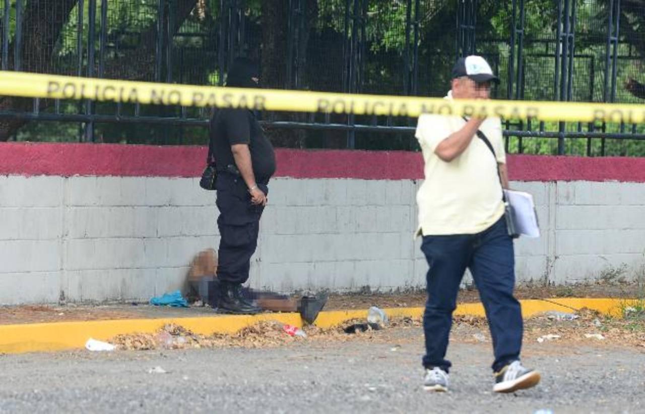 Un hombre fue asesinado a balazos ayer en la tarde en el parqueo de un centro comercial en Soyapango. La víctima no fue identificada. foto edh/ mIGUEL vILLALTA