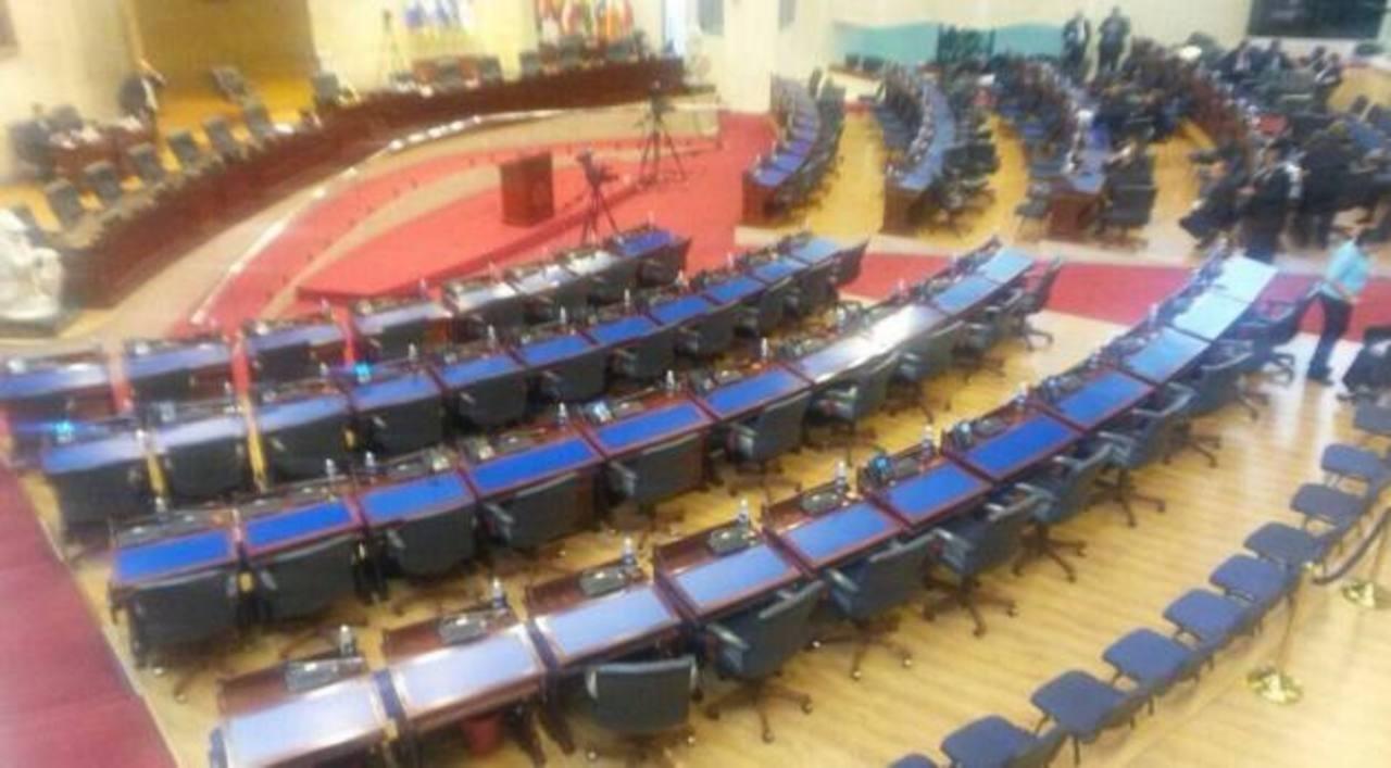 Diputados de ARENA abandonan el pleno por atrasos en la sesión de instalación de la nueva Asamblea.