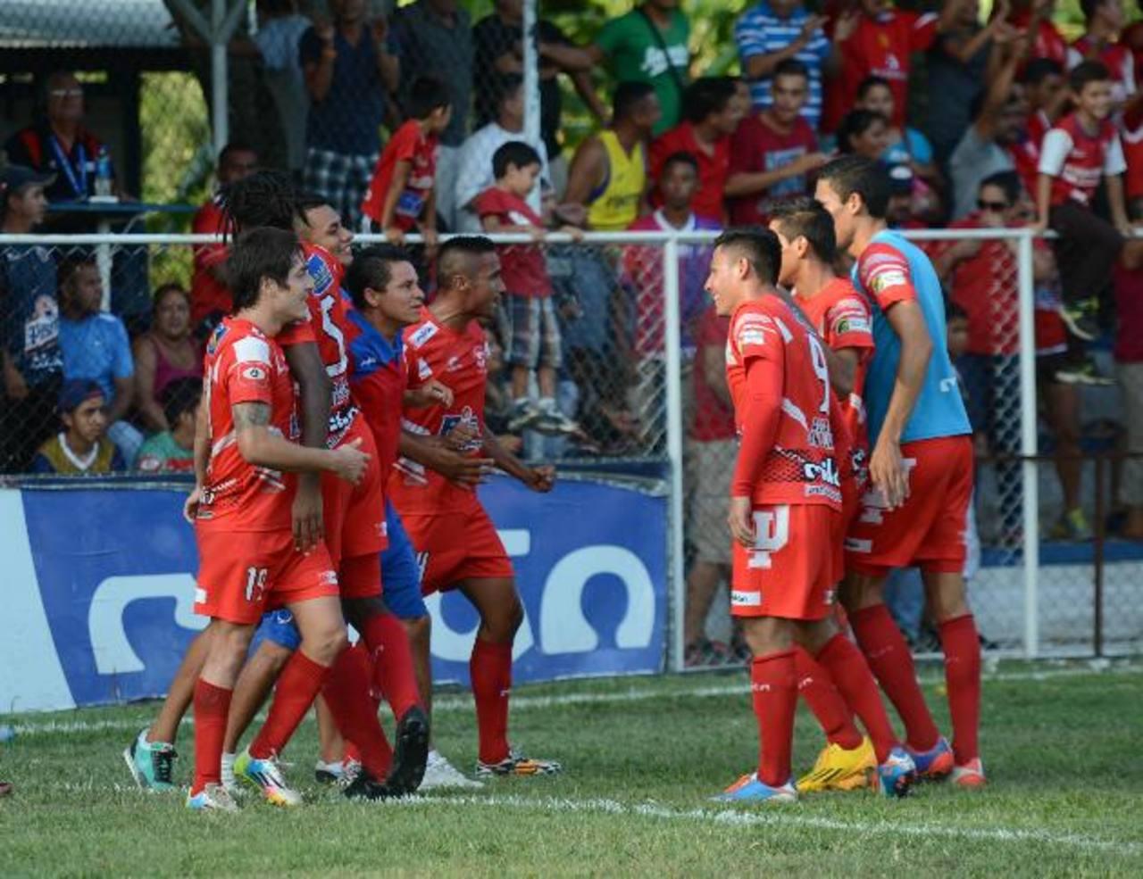 Los jugadores de Juventud celebran el triunfo frente a FAS que les valió la clasificación a las semis tras acabar terceros. Foto EDH/Douglas Urquilla