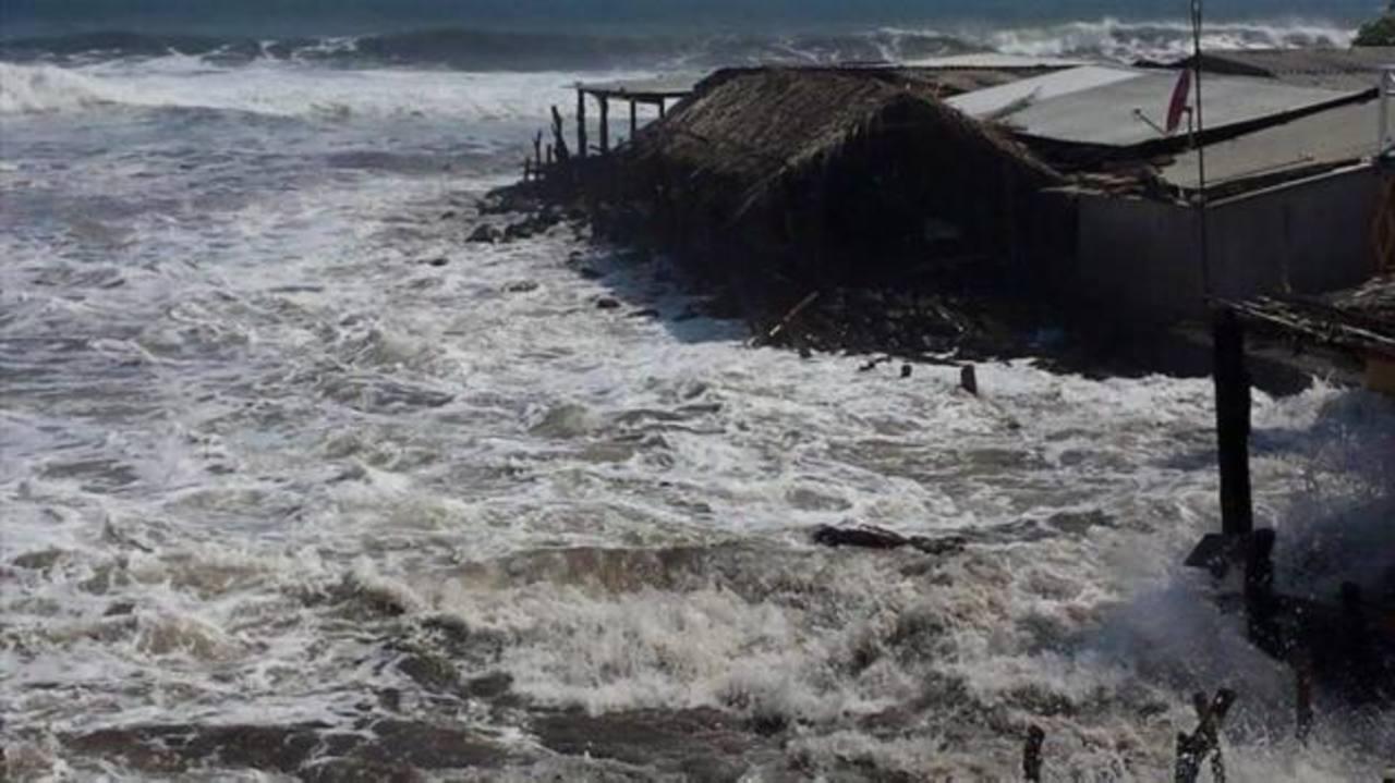 Protección Civil: 843 personas afectadas por fuerte oleaje en costa salvadoreña