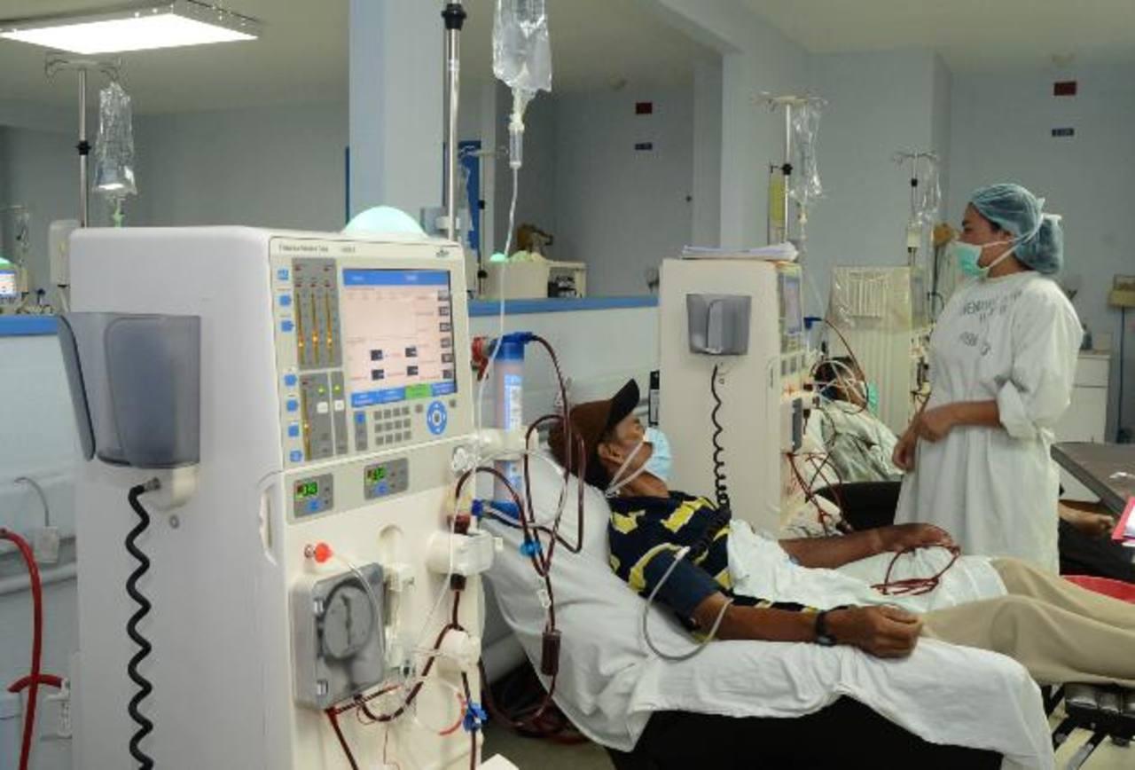 Las personas que tienen problemas renales crónicos dependen de los procesos de diálisis peritoneal para seguir sobreviviendo. Foto EDH / Archivo