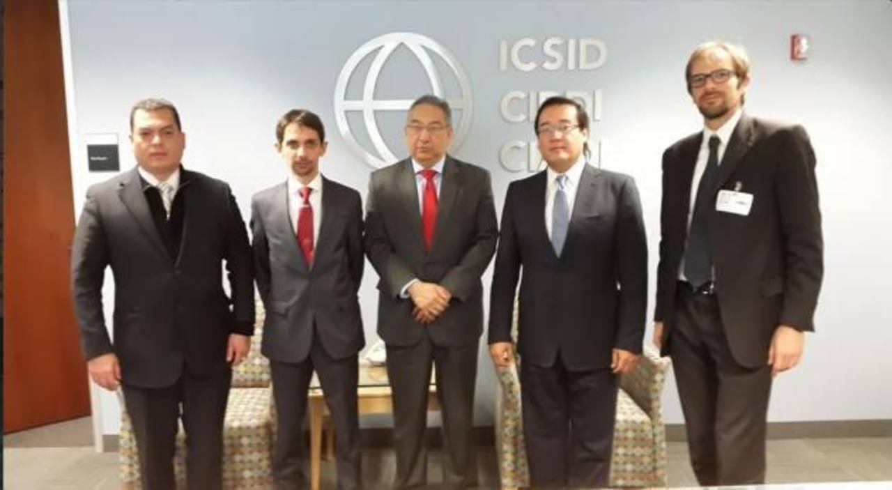 El presidente de CEL, David López (centro), y el secretario Jurídico de la Presidencia, Rubén Alvarado (Izq.), participaron en negociaciones con Enel para la compra de las acciones en LaGeo. Foto EDH / FGR