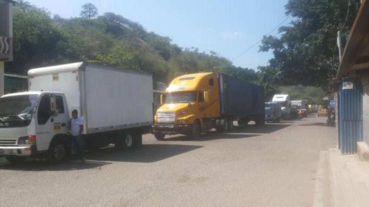 Congestionamiento por reparación de calle en frontera El Poy