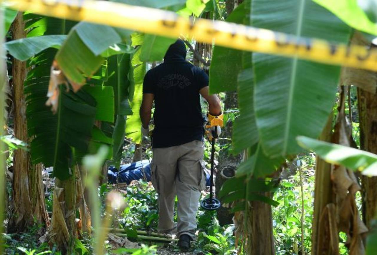 Un policía procesa escena donde cuatro hombres mataron ayer a Raúl Elías, en San Pedro Perulapán. Foto EDH / Mauricio CáceresUn hombre fue asesinado a balazos ayer en el cantón El Gavilán, en El Carmen, La Unión. Foto EDH / Insy Mendoza