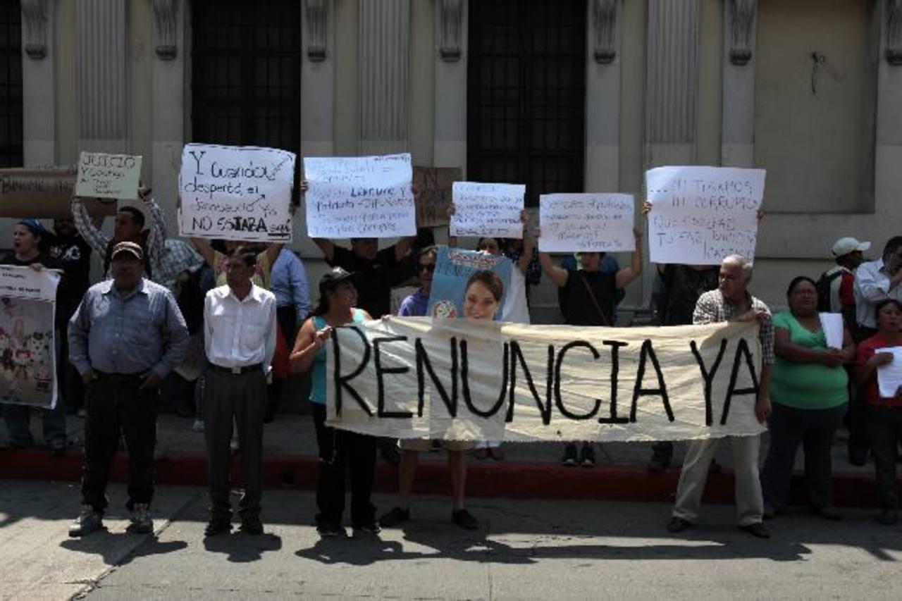 Ciudadanos protestan afuera del edificio del Congreso guatemalteco, en la capital, y exigen la renuncia de la vicepresidenta del país. fotos edh /efe
