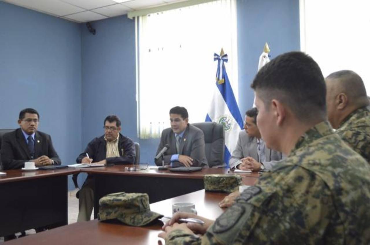 Miembros de la PNC, FAES y autoridades de la comuna tecleña dialogaron sobre la seguridad del municipio. Foto edh / CORTESÍA