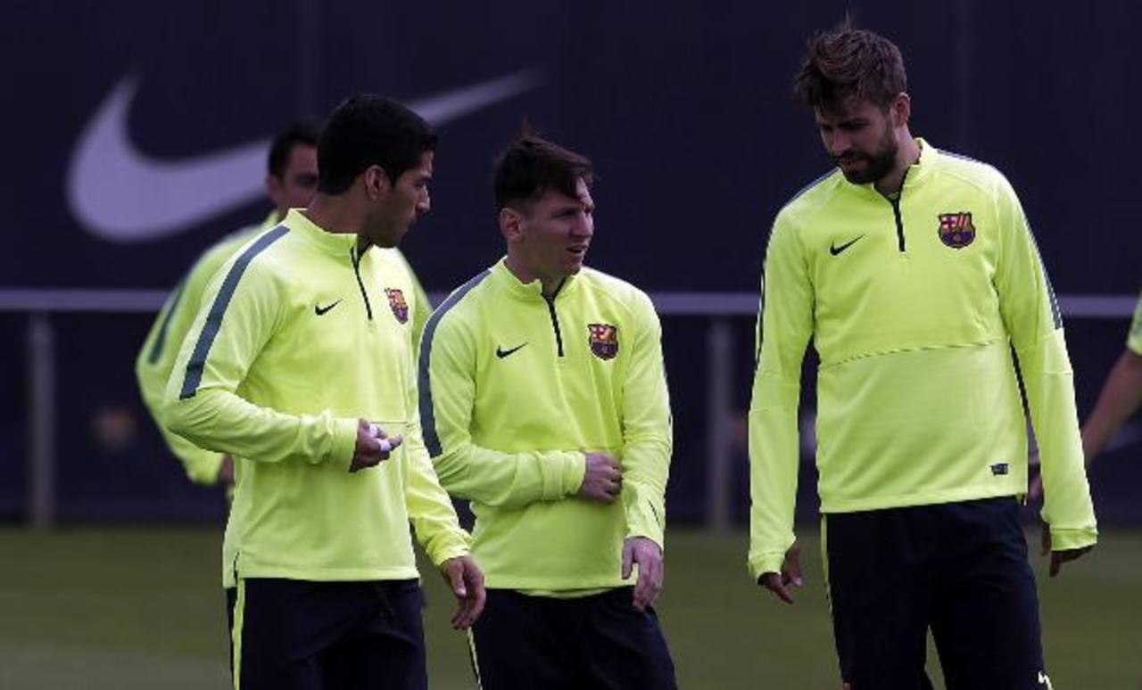 Luis Suárez (izq.), Lionel Messi (c) y Gerard Pique (der.) serán de la partida hoy ante el Bayern Múnich. Foto EDH / EFE