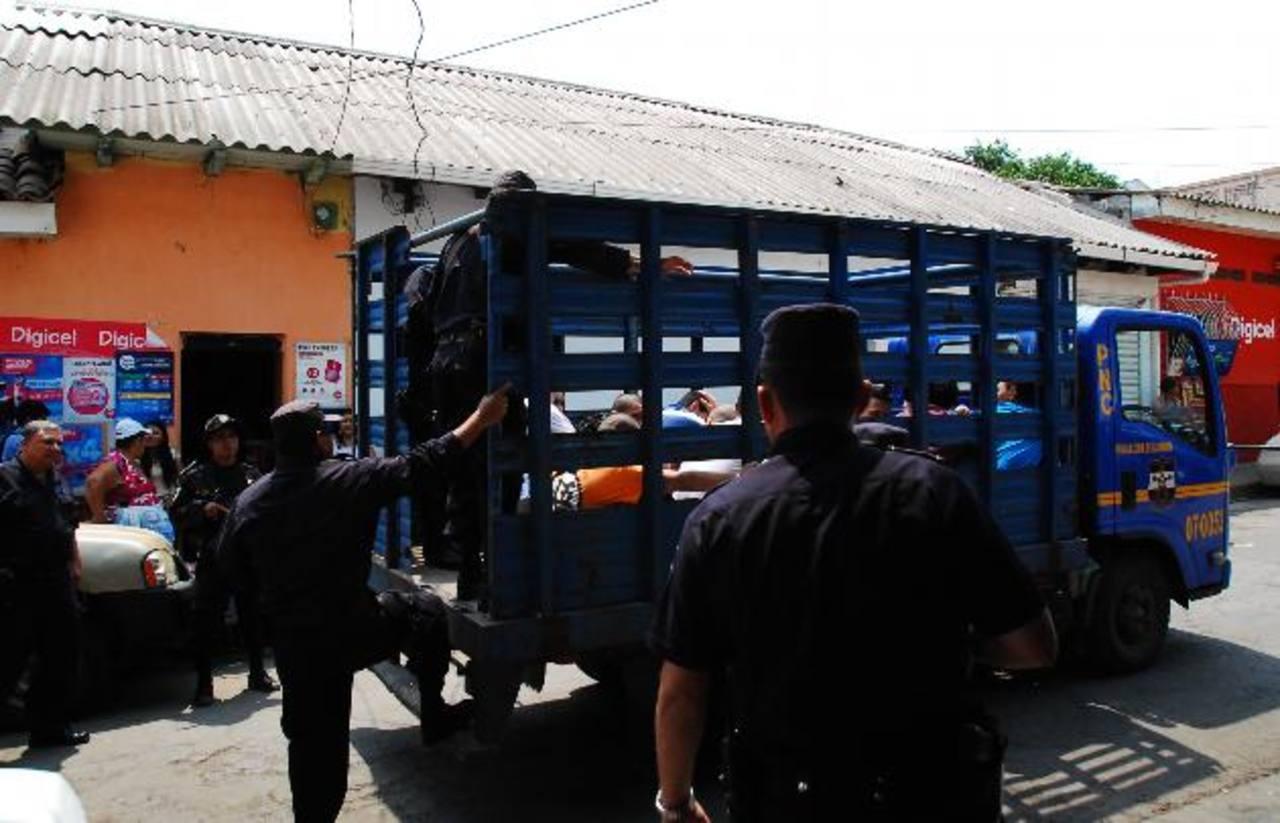 Las autoridades policiales han comenzado a trasladar reos condenados a los diferentes penales del país.