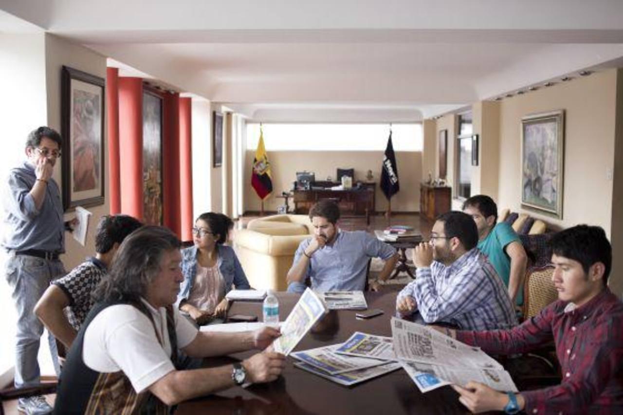 Periodistas de la redacción de La Hora durante una reunión editorial. Foto tomada del diario español El País