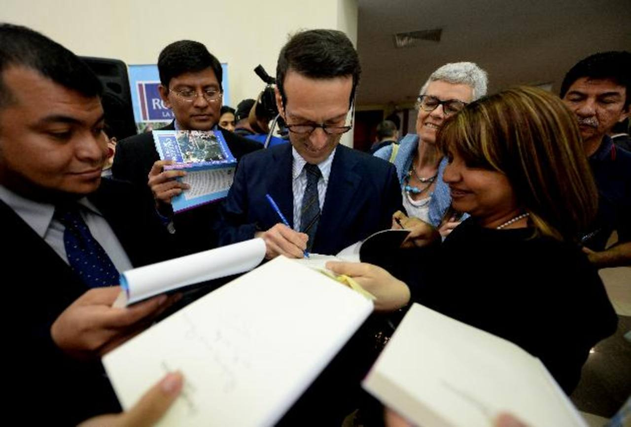 """Roberto Morozzo della Rocca firma algunos de los ejemplares """"Óscar Romero. La biografía"""". El libro lo venden en la librería de la Universidad Centroamericana """"José Simeón Cañas"""" a $10. Foto EDH / Marlon Hernández"""