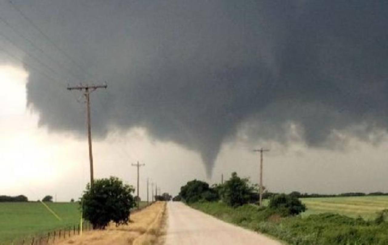 En esta imagen tomada el 9 de mayo de 2015, proporcionada por Brian Khoury, un tornado toca tierra en Cisco, Texas.