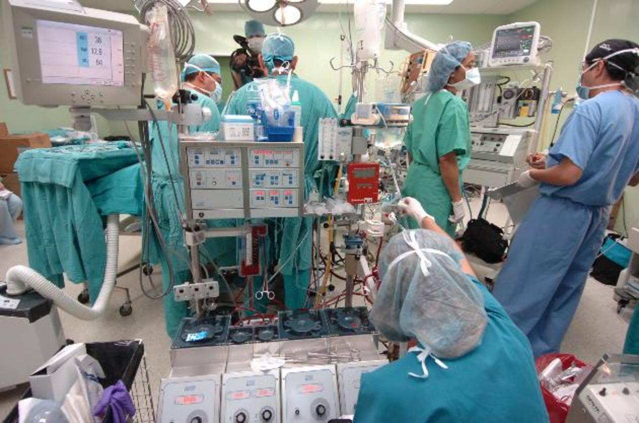 Especialistas del hospital Bloom operan a una infante con problemas cardíacos. Foto EDH / archivo