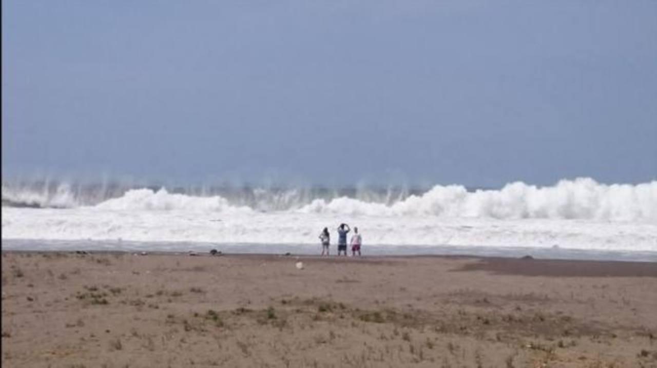 Desaparecido y evacuados por fuerte oleaje en costas de El Salvador